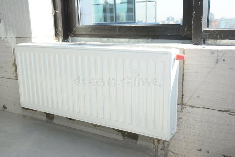 安装与温箱的金属白色幅射器热化在新房建筑 库存图片