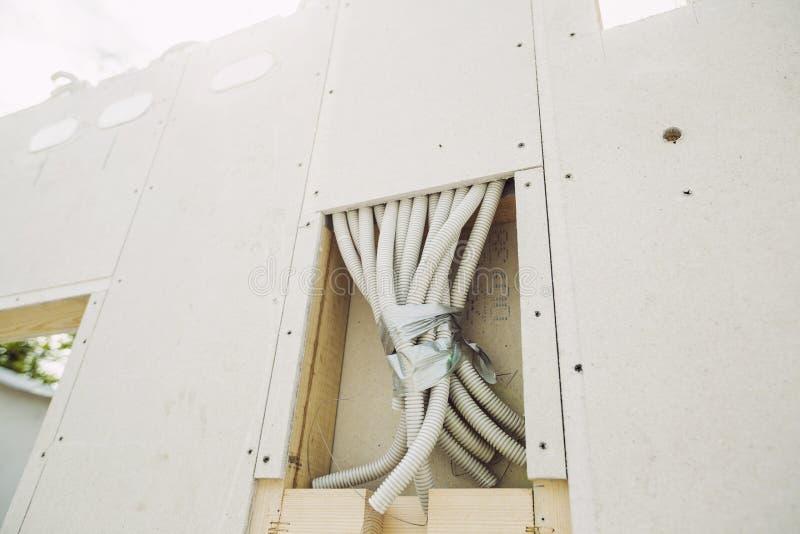 安装光的电工在房子 免版税库存照片