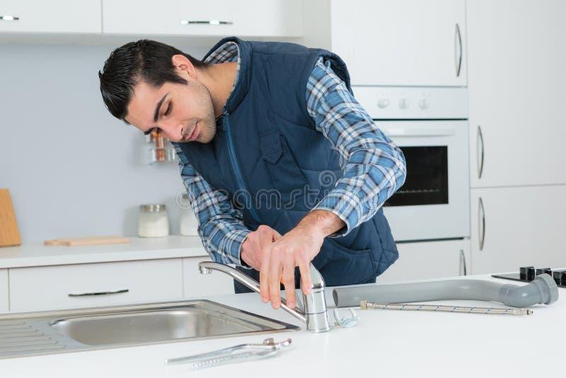 安装厨房水槽的人 库存照片