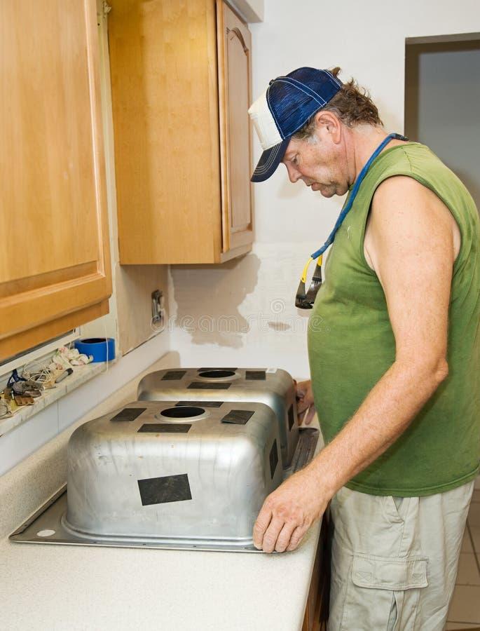 安装厨房水槽 图库摄影