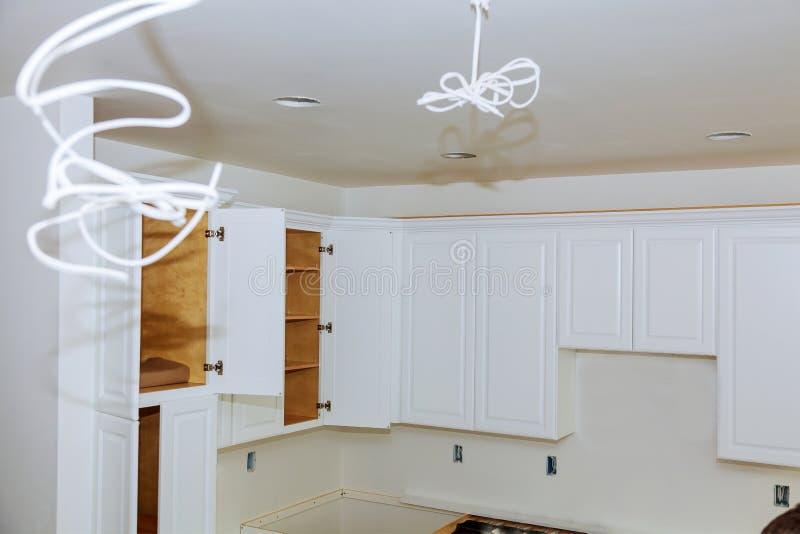 安装厨柜的新的归纳厨房厨房设施 免版税库存图片