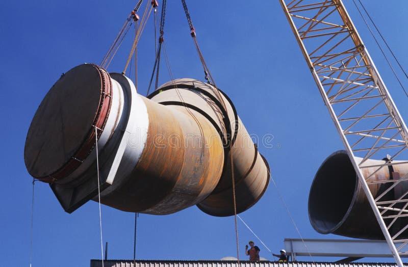 安装发烟提取用管道输送入钢铸造厂精炼工 图库摄影