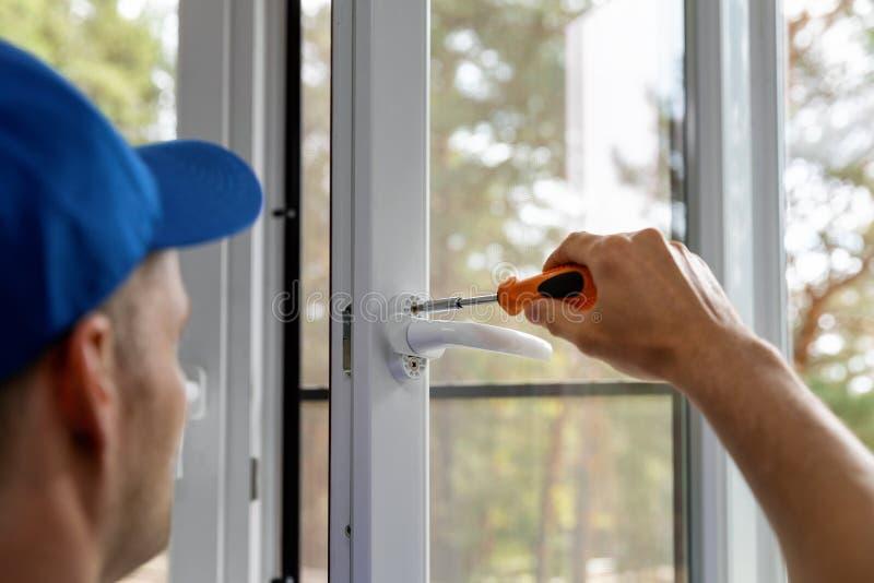 安装塑料的窗口和维修业务 免版税库存照片