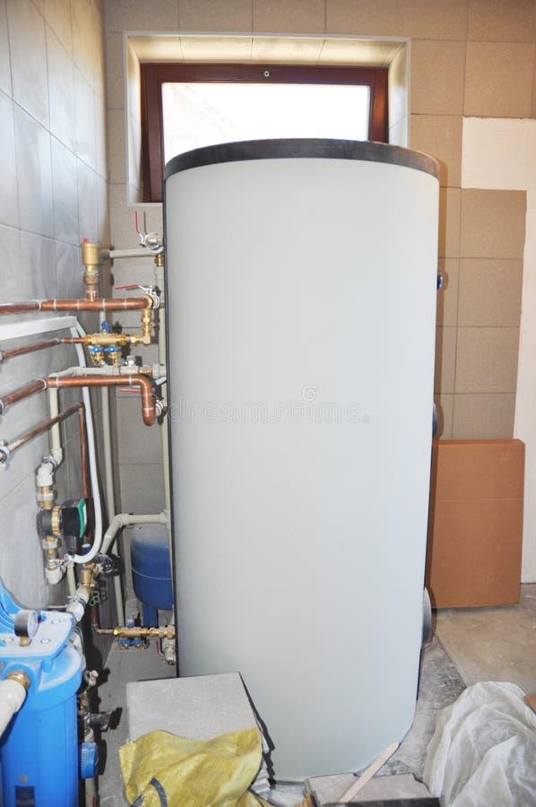 安装太阳储水箱在锅炉室 加热的太阳系水 库存照片