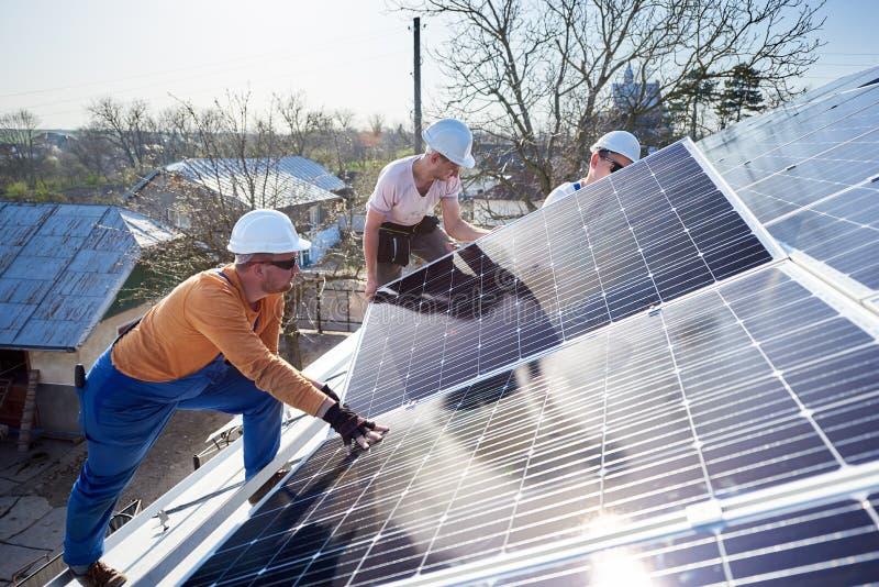 安装太阳光致电压的盘区系统在房子屋顶  库存照片