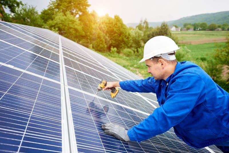 安装太阳照片流电盘区系统 免版税库存图片