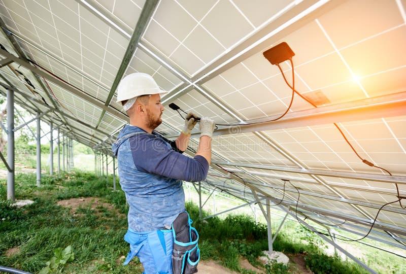 安装太阳照片流电盘区系统 库存照片