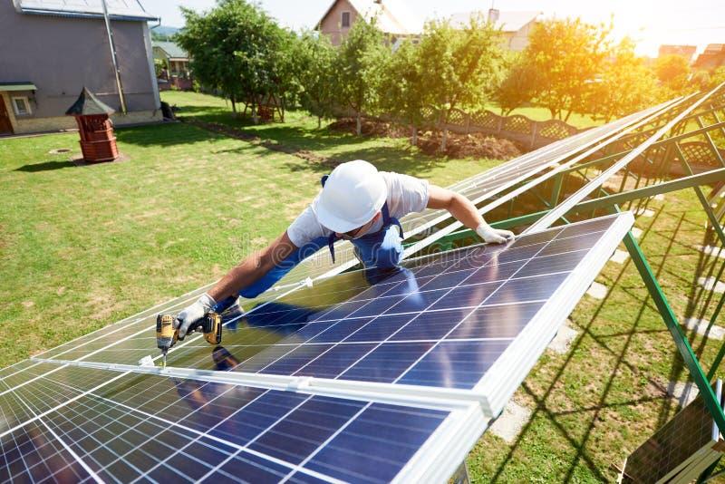 安装太阳电池板在房子的绿色尸体 库存图片