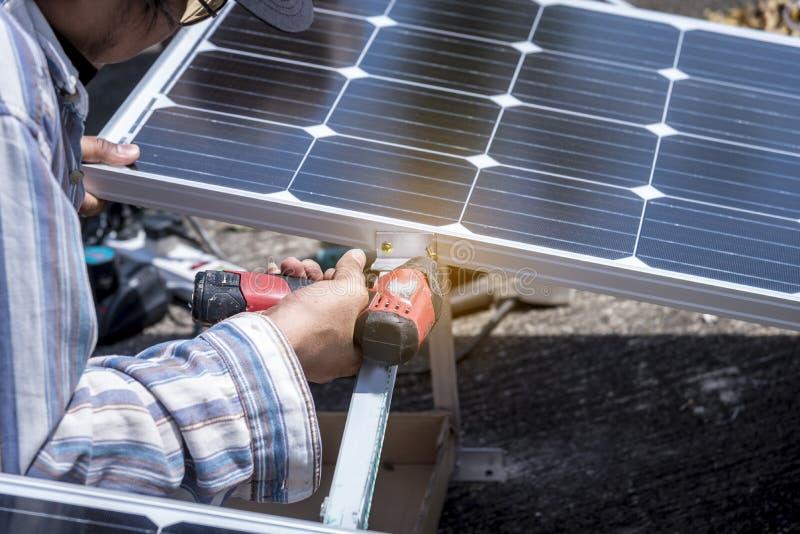 安装安全能量的技术员太阳能电池 免版税库存图片