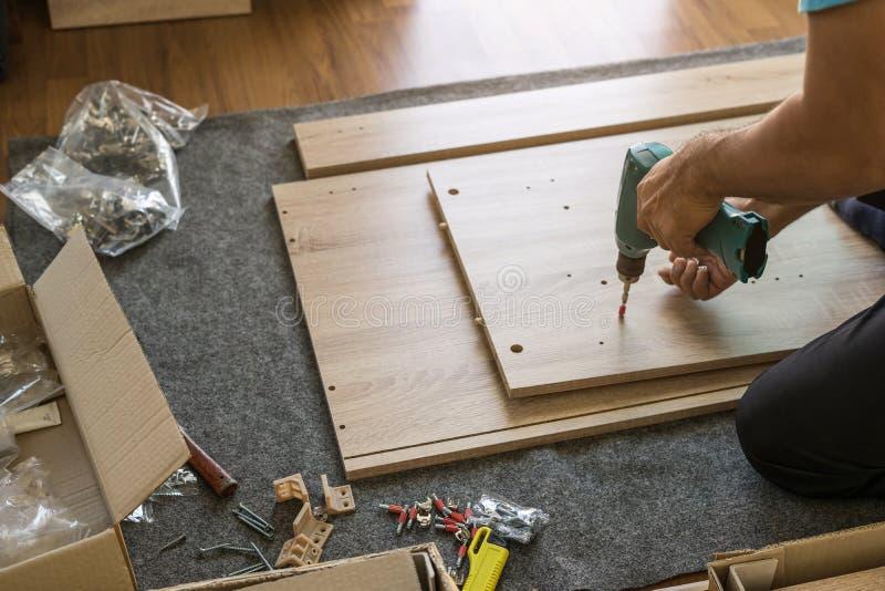 安装家具的工作者用途电螺丝刀 库存照片