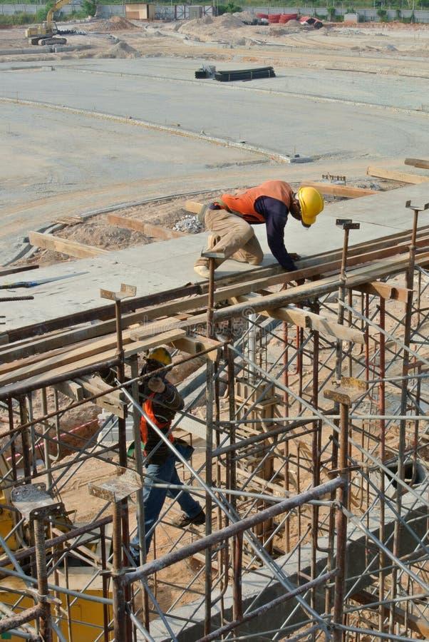 安装射线模板的建筑工人 库存图片