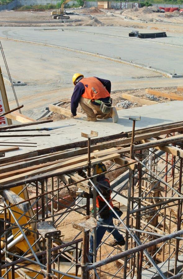 安装射线模板的建筑工人 库存照片