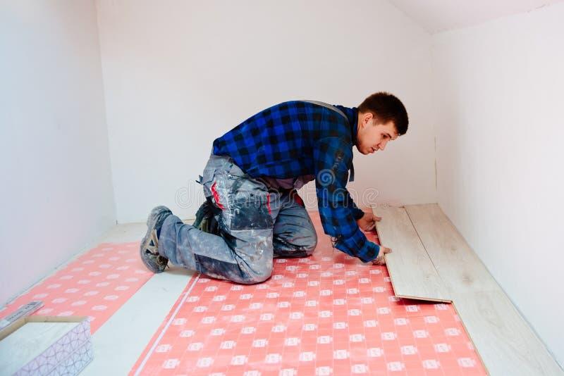 安装层压制品的地板的人工作者 免版税图库摄影
