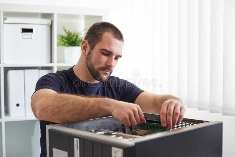 安装工与计算机一起使用 免版税图库摄影