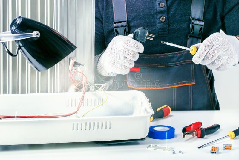 安装工修理家用电器在服务中心 免版税图库摄影