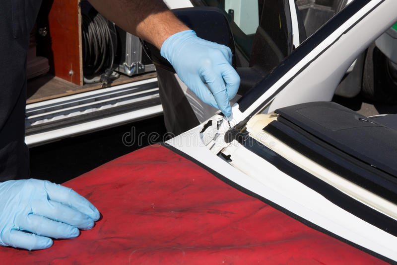 安装工修理汽车的挡风玻璃 库存照片