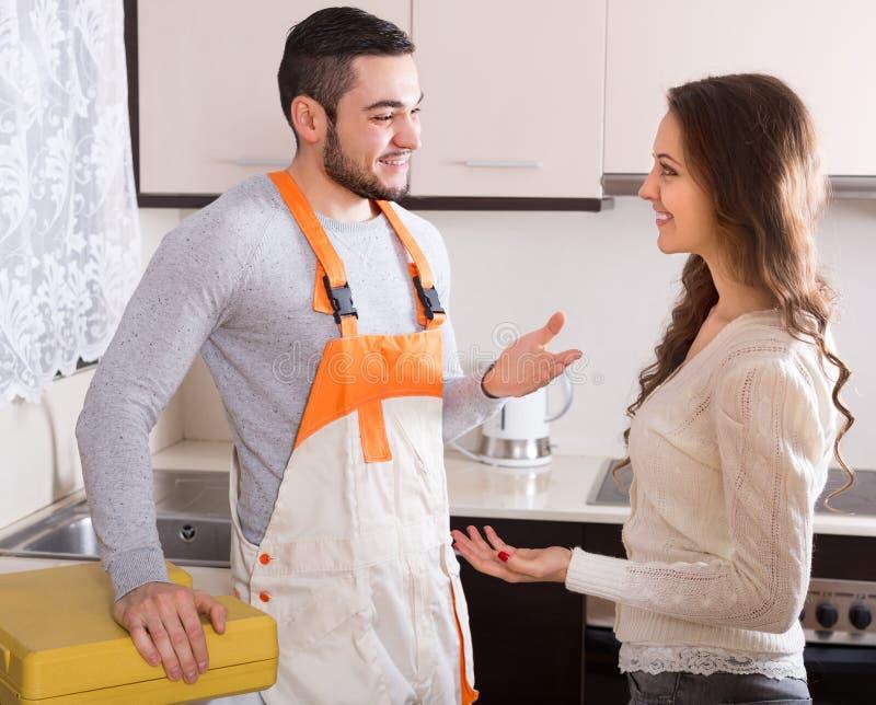 安装工和主妇厨房的 库存照片