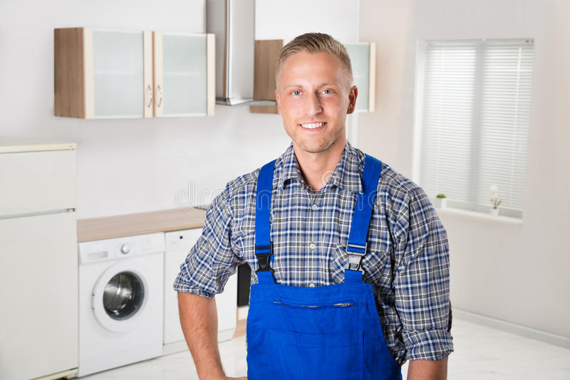 安装工在厨房里 免版税库存图片