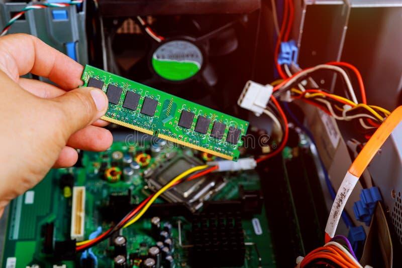 安装工是拆卸个人计算机是诊断固定的残破的个人计算机在车间 电子维修车间,技术 免版税库存图片