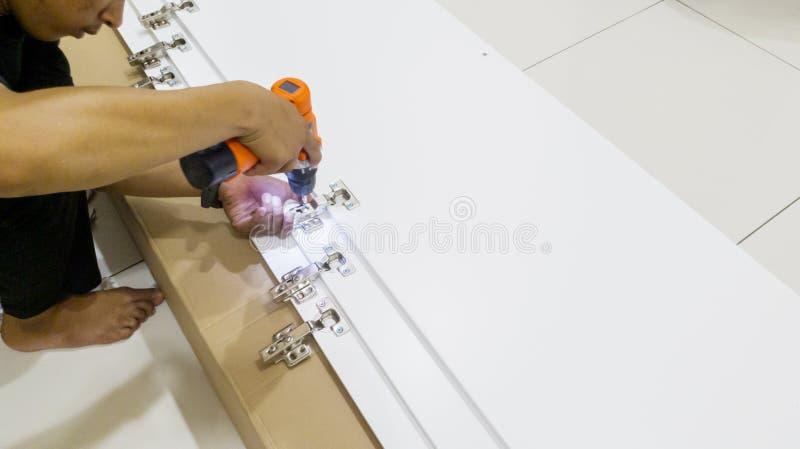 安装工有钻子的安装螺钉 库存照片