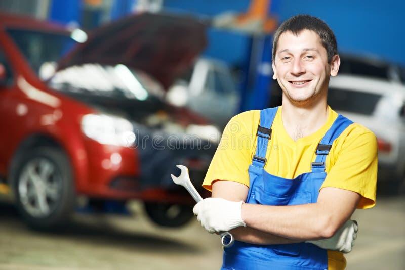 安装工汽车机械师在工作 免版税库存图片