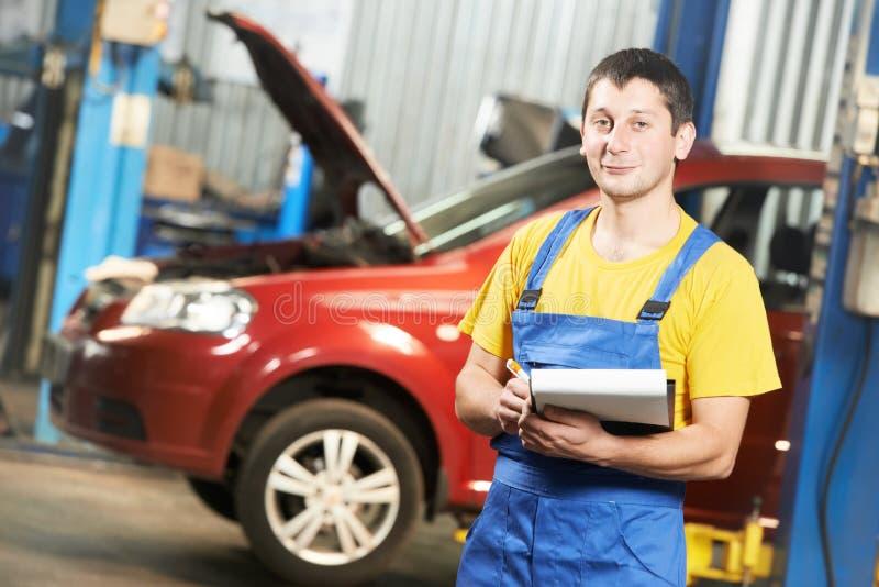 安装工汽车机械师检查员 库存图片