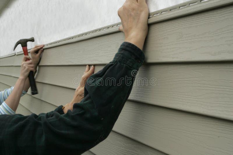 安装房屋板壁的房子 库存图片
