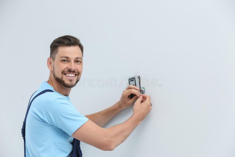 安装报警系统的男性技术员户内 免版税库存照片
