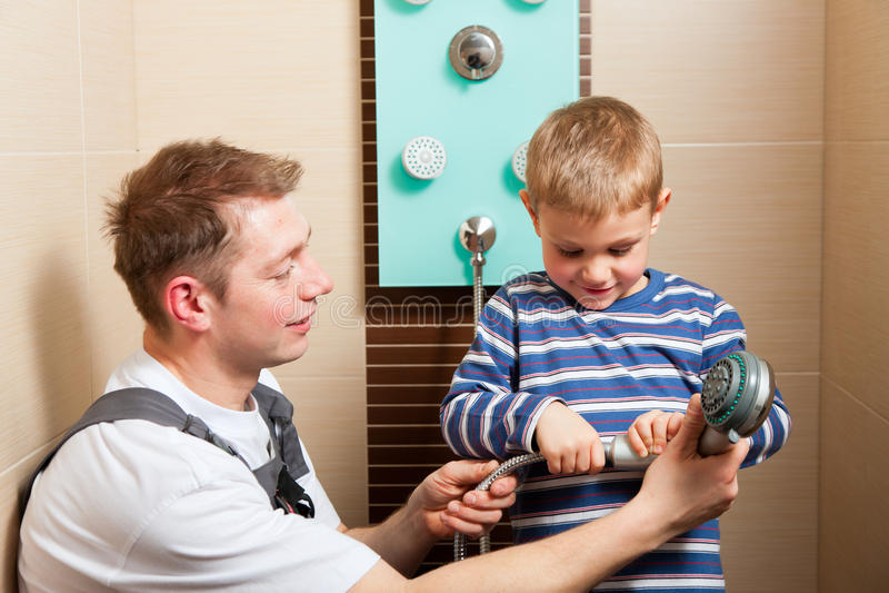 安装搅拌机管道工轻拍的卫生间 免版税库存照片