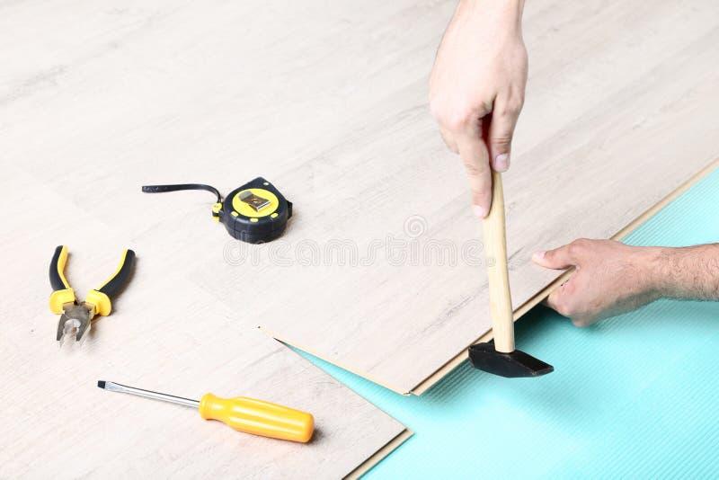安装木材层压制品的地板的人 图库摄影