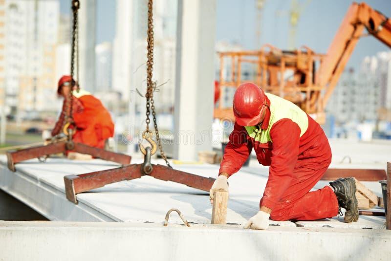 安装混凝土板的建造者工作者 免版税库存照片
