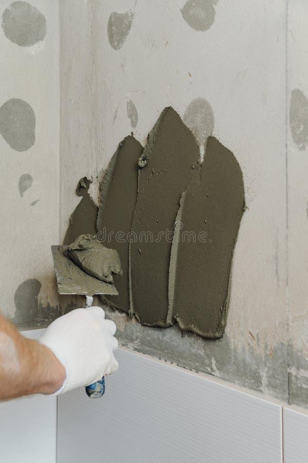 安装瓦片在墙壁 图库摄影
