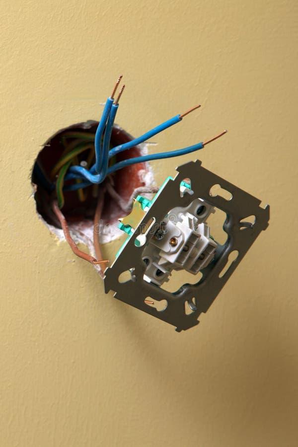 安装电源插座的电工 库存照片