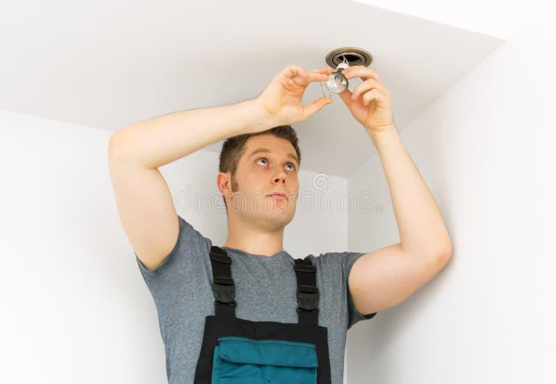 安装电灯泡的人 库存图片