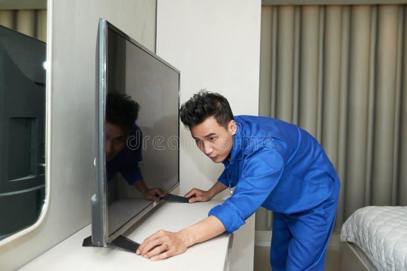 安装电视 免版税库存照片