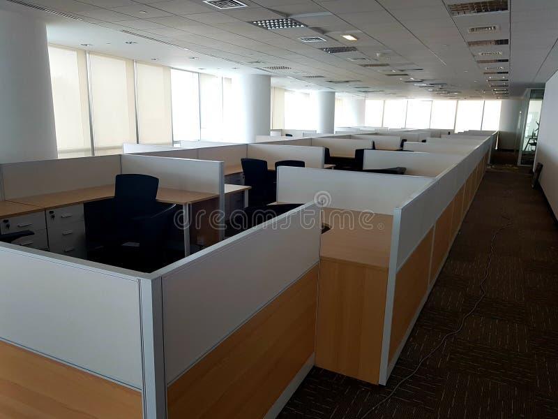 安装的办公室空的露天场所的图片和准备好欢迎雇员 库存照片