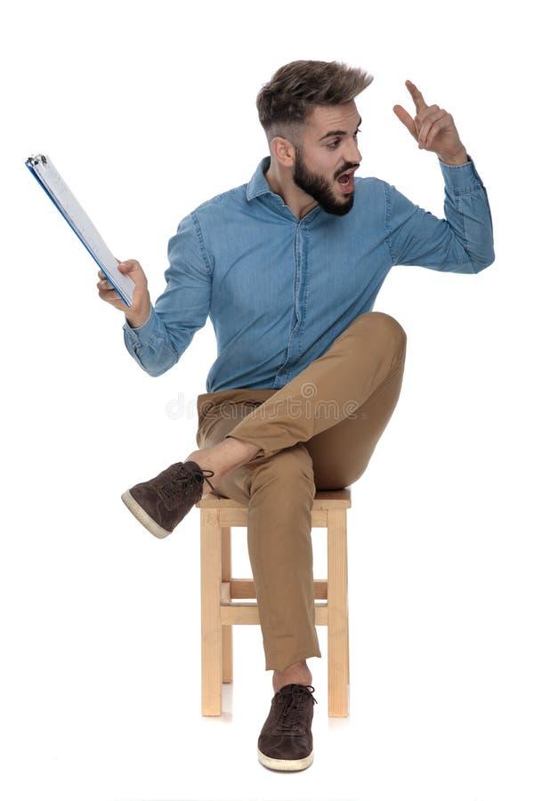 安装的可爱的人尖叫与一张剪贴板在他的手上 免版税库存图片