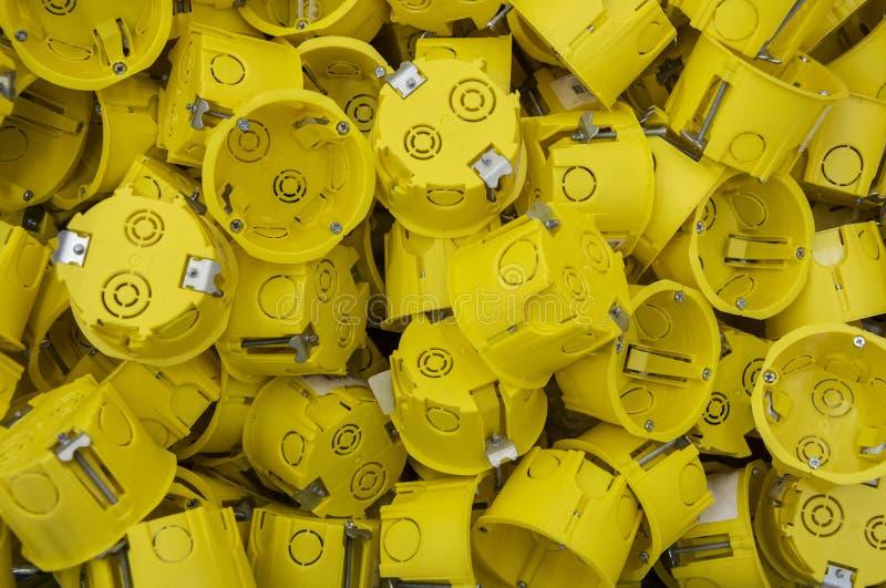 安装的新的黄色箱子 免版税库存照片