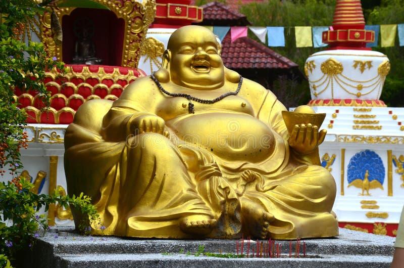 安装的笑的菩萨大金黄雕象Wat酸值的Wanararm,凌家卫岛海岛,马来西亚 库存照片