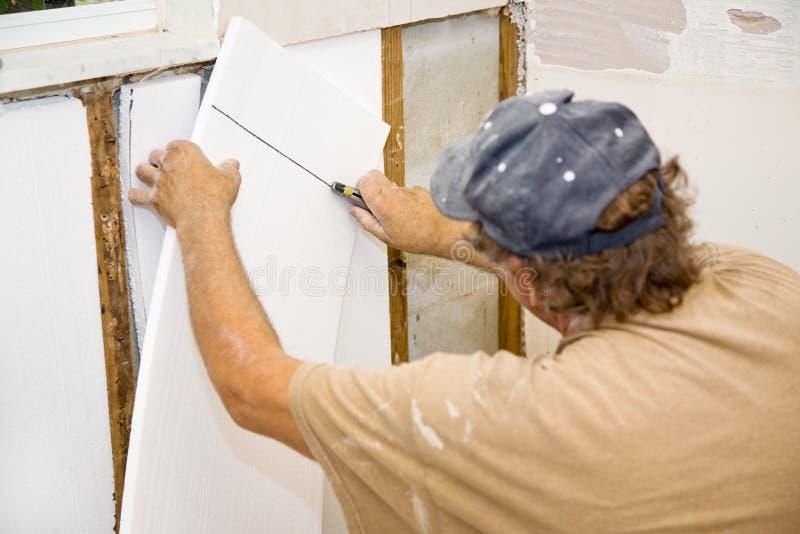 安装绝缘材料的承包商 免版税库存图片