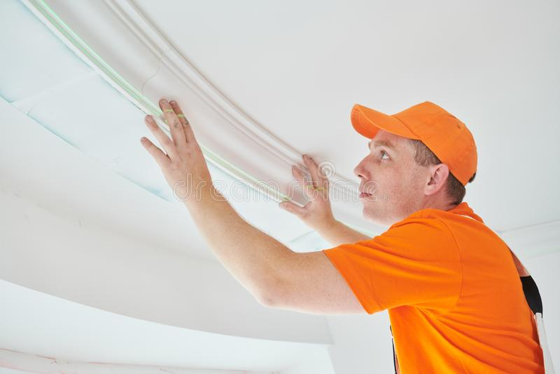 安装装饰天花板造型 家庭修理和装饰 免版税库存图片