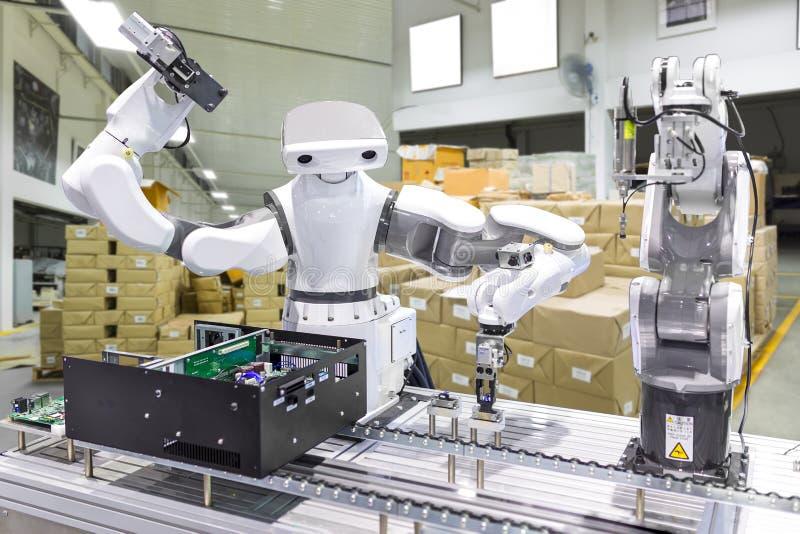 安装计算机芯片的产业机器人在生产线m 免版税库存图片