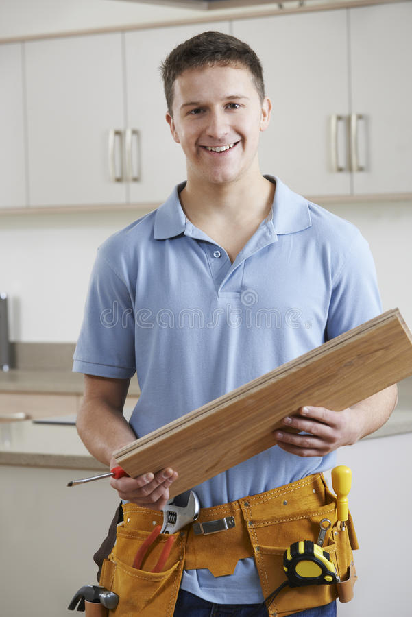 安装适合的厨房的木匠画象 库存图片