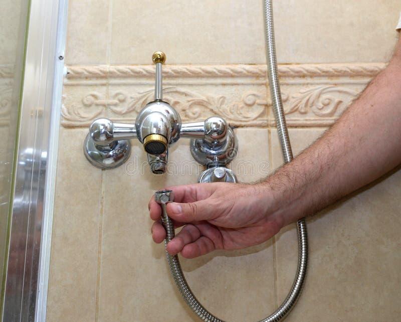 安装阵雨水管 免版税库存图片
