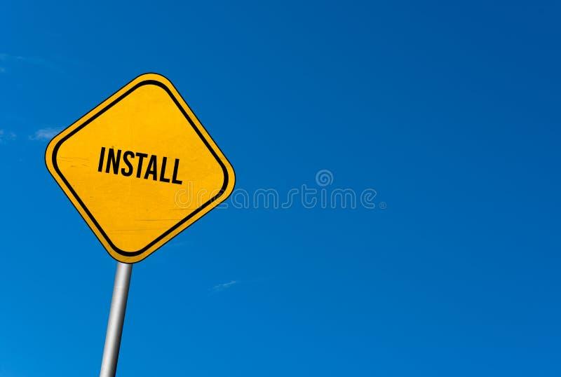 安装-与蓝天的黄色标志 免版税图库摄影