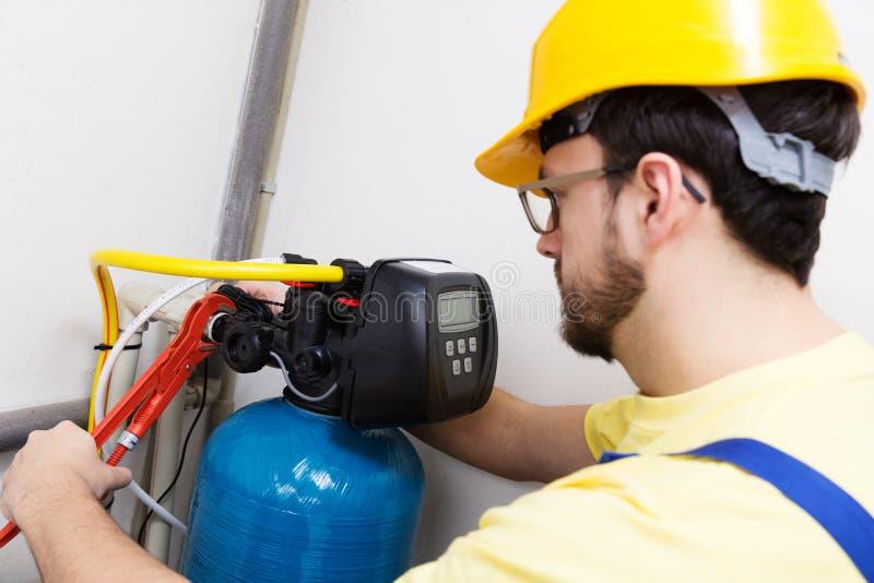 安装水滤清系统的水管工 免版税库存图片