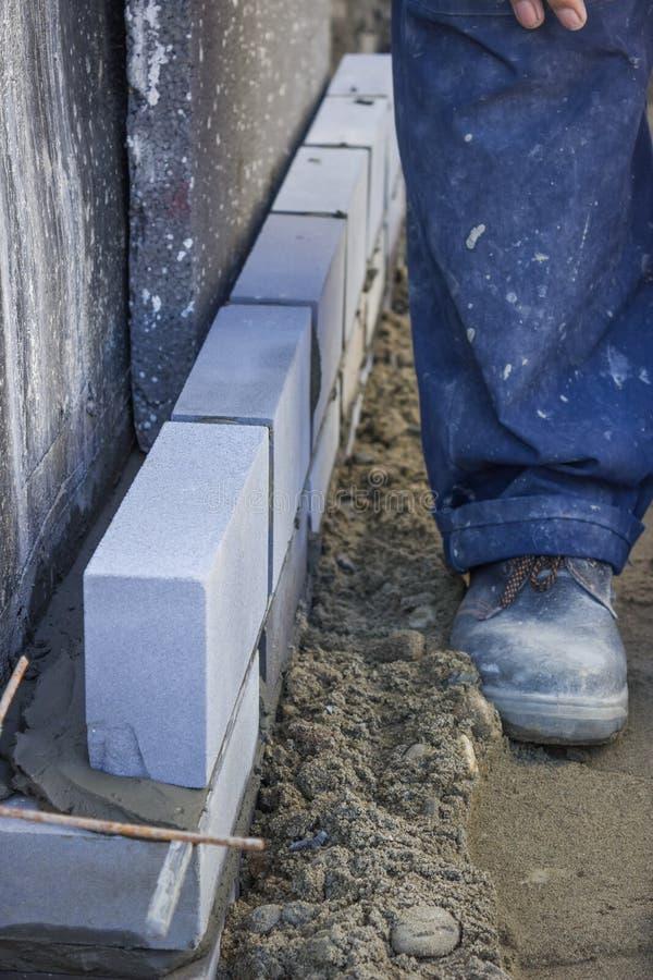 安装绝缘材料层数2的建造者工作者 免版税库存图片