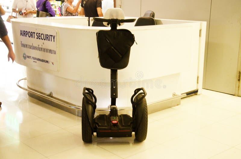 治安警卫的巧妙的电滑行车平衡板轮子我们 库存图片
