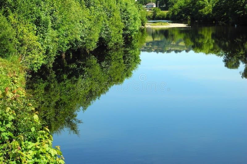 安详水,深刻的反射,夏天热 免版税库存图片