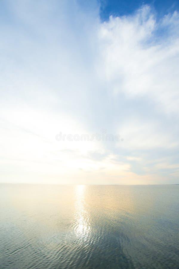 安静的海和天空 免版税库存图片